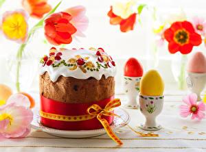Обои Праздники Пасха Выпечка Кулич Тюльпаны Яйца Бантик Еда фото