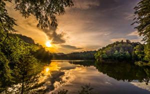 Картинки Хорватия Пейзаж Рассветы и закаты Озеро Небо Леса Ветвь Lake Trakoscan Природа