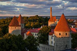 Картинка Эстония Здания Крепость Таллин Деревья