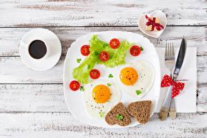 Картинки Помидоры Хлеб Кофе Тарелка Глазунья Сердца Чашке Подарков Продукты питания