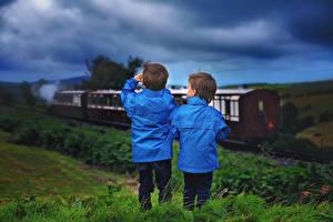 Картинки Вечер Поезда Мальчишки Вдвоем Куртка Дети