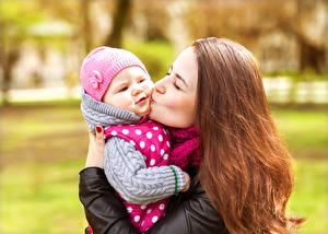 Фотографии Мама Шатенки Волос Младенец молодая женщина Дети