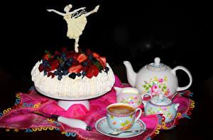 Фотография Сладкая еда Торты Клубника Черника Кофе Дизайн Чашке Черный фон Пища