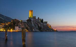 Обои Италия Дома Замки Море Скала Ночь Уличные фонари Malcesine Veneto Города фото