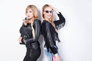 Фото Блондинка Два Куртке Очки Девушки