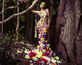 Фото Оригинальные Розы Платья Ствол дерева Девушки