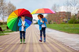 Картинки Мальчики Два Зонтик Куртка Сапоги ребёнок