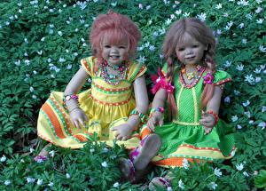 Фото Парки Кукла Девочки Траве Двое Платье Grugapark Essen Природа