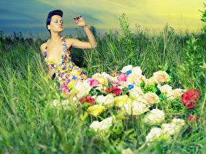 Фотография Оригинальные Траве Платья Девушки