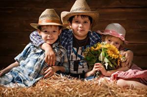 Картинка Букеты Трое 3 Мальчик Девочка Шляпе Взгляд Дети