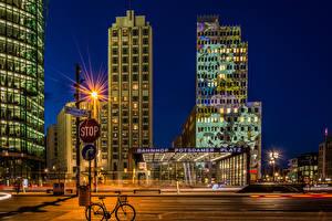 Картинка Берлин Германия Дома Дороги Улице Ночью Уличные фонари Города