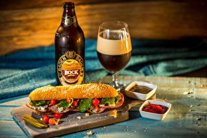 Картинка Пиво Бутерброд Булочки Бокалы Бутылка Кетчуп