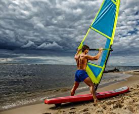 Картинка Серфинг Берег Мужчины Шорты Облака Пляж Спорт