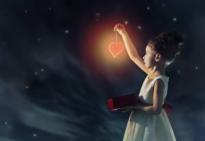 Фотографии Небо Девочки Ночь Сердце Платье Дети