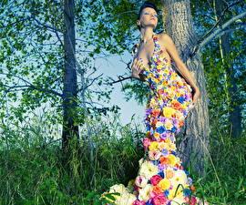 Картинки Креатив Розы Ствол дерева Брюнетки Платье молодая женщина
