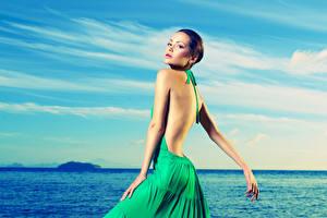 Картинки Море Небо Шатенка Платье молодая женщина
