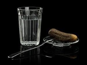 Картинки Напитки Водка Огурцы Стакан Вилка столовая