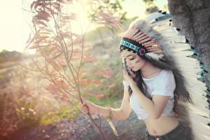 Фотографии Азиаты Индейский головной убор Индейцы Девушки