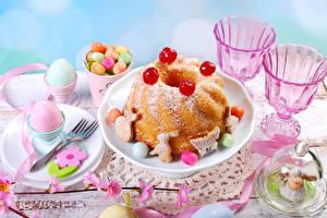 Картинка Праздники Пасха Накрытия стола Кулич Печенье Сладости Рюмка Яйца Пища