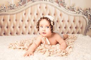Обои Младенцы Кровати Смотрят ребёнок