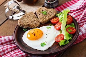 Обои Хлеб Помидоры Яичница Сердце Тарелка Еда фото