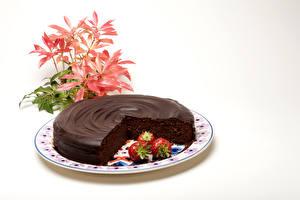 Фото Сладости Торты Шоколад Клубника Белым фоном Продукты питания