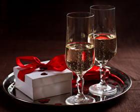 Обои для рабочего стола Напиток Игристое вино Бокалы Два Подарки Еда