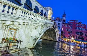 Картинки Италия Мосты Здания Вечер Водный канал Уличные фонари Venice Rialto Bridge Города