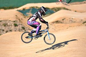 Фотографии Велосипеды Униформе В прыжке В шлеме спортивные