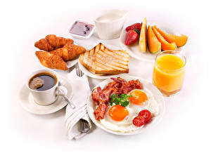 Обои Натюрморт Кофе Сок Круассан Хлеб Мясные продукты Фрукты Чашка Яичница Стакан Пища