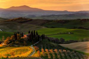 Обои Италия Пейзаж Поля Дома Рассветы и закаты Тоскана Podere Belvedere Природа фото