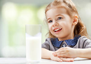 Обои для рабочего стола Молоко Девочка Стакан Дети