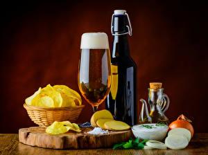 Фотография Пиво Лук репчатый Бутылка Бокалы Чипсы Продукты питания
