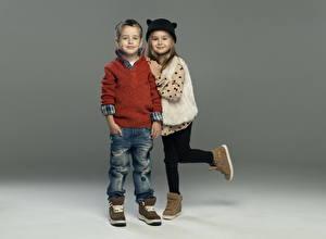 Обои Девочки Мальчики Двое Свитер Джинсы Ботинки Ребёнок
