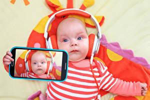 Картинки Младенца Смартфон Наушники Селфи Дети