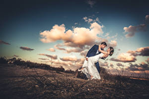 Фотографии Небо Влюбленные пары Мужчины Облака молодые женщины