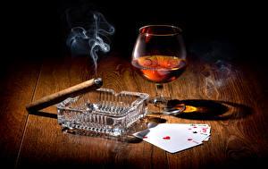 Фотографии Напитки Карты Рюмка Дым Сигара Пища