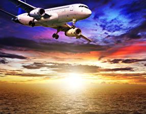 Обои Самолеты Пассажирские Самолеты Небо Рассветы и закаты Облака Полет Авиация фото