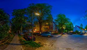 Картинка Берлин Германия Здания Дороги Улице Деревья В ночи Уличные фонари город