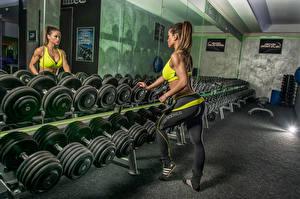 Картинки Зеркало Гантели Отражение Спорт Девушки