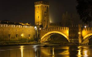Обои Италия Реки Мосты Верона Ночь Уличные фонари Города фото