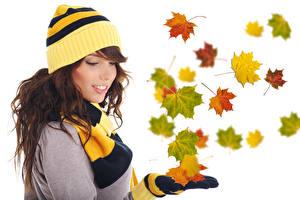 Фотография Осенние Шапки Листья Клён Шатенка Белый фон Девушки