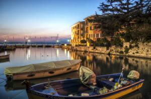 Обои Италия Дома Реки Причалы Лодки Вечер Sirmione Lombardy Города фото