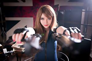 Фотографии Азиаты Пистолеты Шатенка Шляпа Красивые Армия