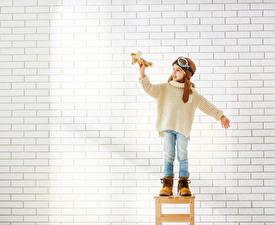 Картинки Самолеты Девочки Очки Свитер Джинсы Ботинки Из кирпича Стена Дети