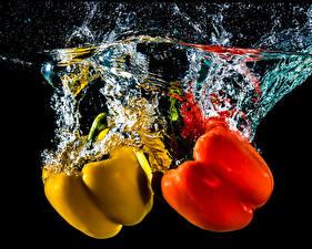 Обои Перец овощной Воде Два Красных Желтая На черном фоне Пища