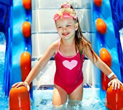 Фотография Девочки Бассейны В купальнике Улыбается Очки Дети