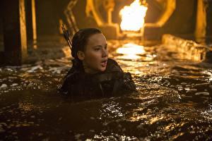 Картинки Голодные игры Jennifer Lawrence Вода Mockingjay - Part 2 Кино Знаменитости Девушки