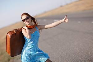 Фотографии Чемоданом Очках Платье Турист Туризм autostop Девушки