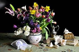 Фото Натюрморт Тюльпаны Гиацинты Нарциссы Лилии Ракушки Ваза Книги Цветы
